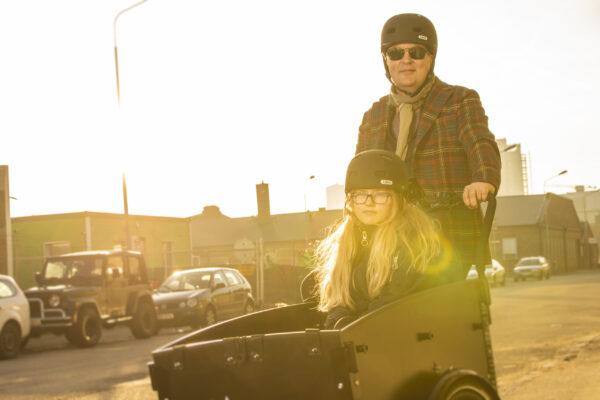 Cargobike med bedstefar og barnebarn
