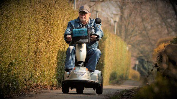 Mand på el-scooter